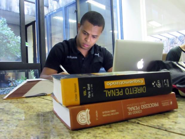 Ex-menino de rua estuda para concurso da Polícia Civil em biblioteca na Asa Sul (Foto: Isabella Formiga/G1)