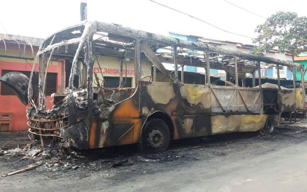 Veículo pegou fogo no bairro de Massaranduba, em Salvador (Foto: Mayara Magalhães / TV Bahia)