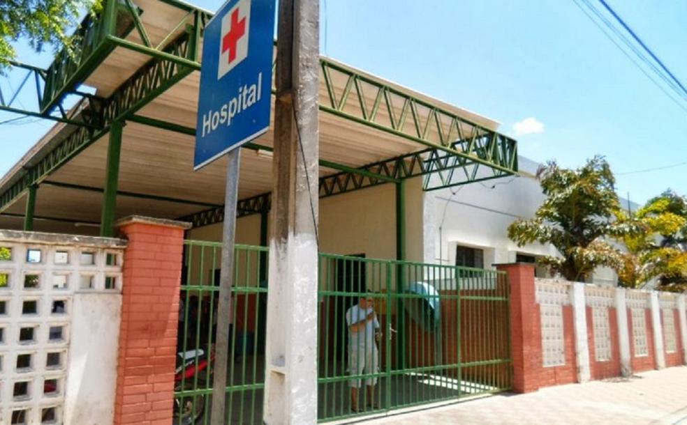 Suspeito invadiu a unidade hospitalar e efetuou quatro tiros contra o jovem. Ele foi atingido nas costas. — Foto: Sertão Central