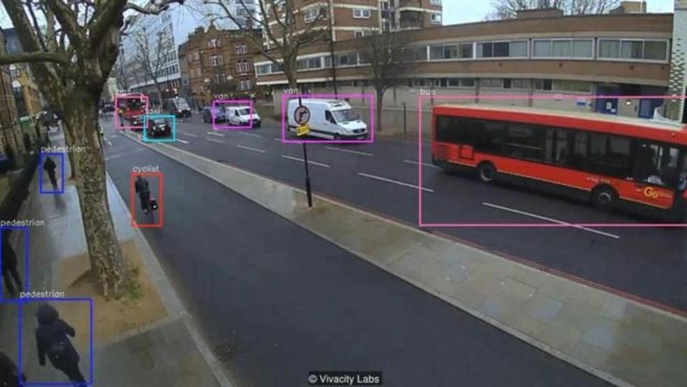Câmeras inteligentes nos cruzamentos podem identificar automaticamente diferentes usuários da estrada, permitindo que o sistema de gerenciamento de tráfego se adapte de acordo com suas necessidades — Foto: VivacityLabs/BBC