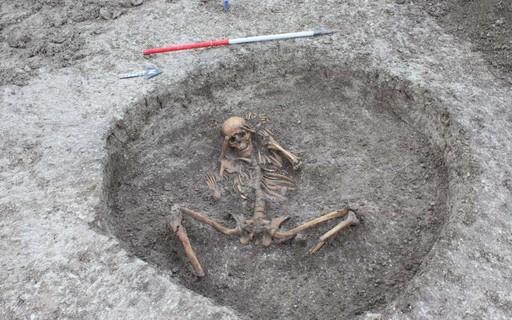 Esqueletos de vítimas de sacrifício humano são encontrados na Inglaterra