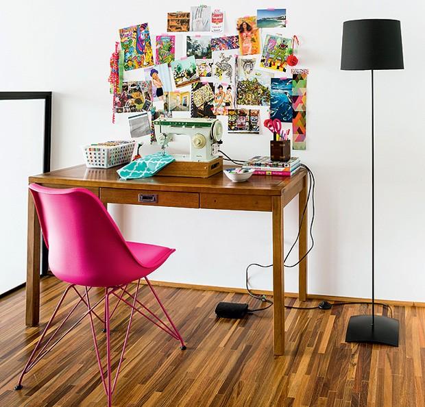 Neste projeto do a:m studio de arquitetura, o mezanino deste apê ganhou um cantinho de leitura e de costura. A cadeira criada por Ray e Charles Eames traz um charme à mais para o espaço (Foto: Edu Castello/Editora Globo)