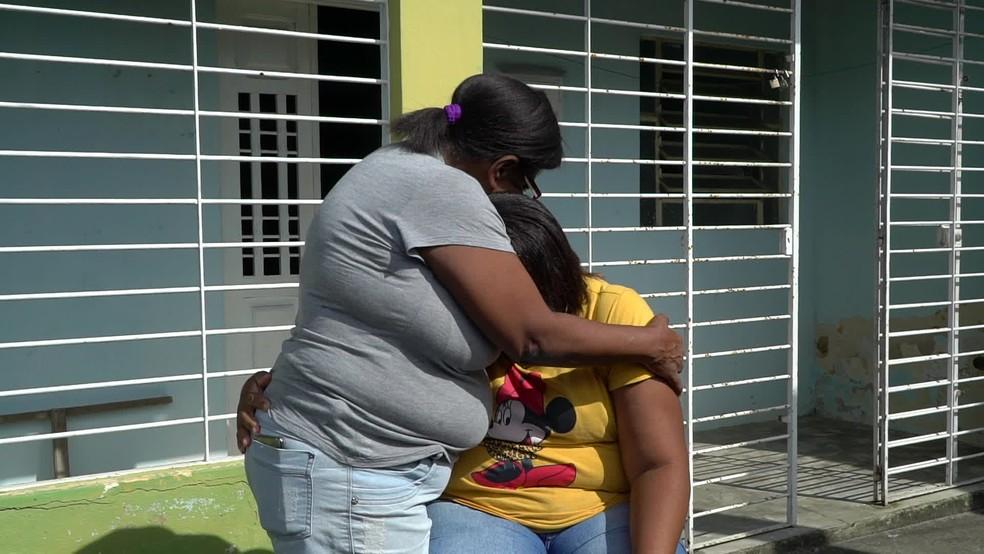 Mirtes e Marta, mãe e avó de Miguel, sofrem com a morte da criança — Foto: Reprodução/TV Globo