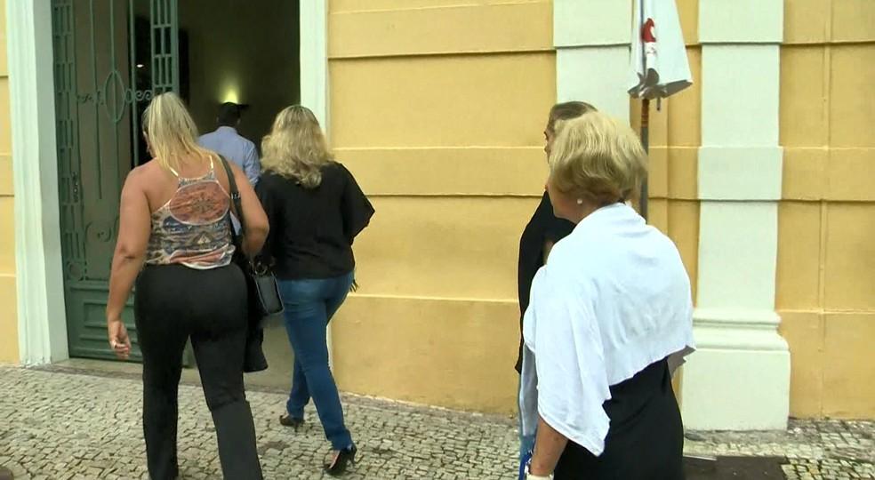 Parentes chegam para o velório de Gerson Camata, no Palácio Anchieta, em Vitória — Foto: Roberto Pratti/ TV Gazeta