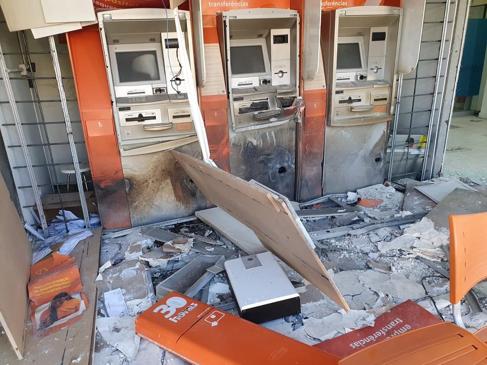 Entrada da agência bancária ficou destruída — Foto: Diego Canci/RPC