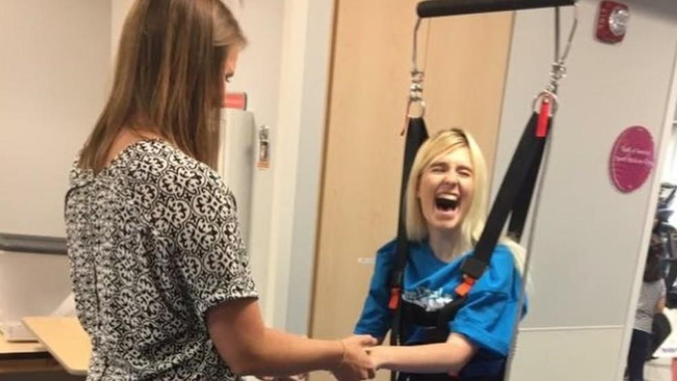 Jade Owen também fez fisioterapia nos EUA — Foto: Jade Owen/BBC