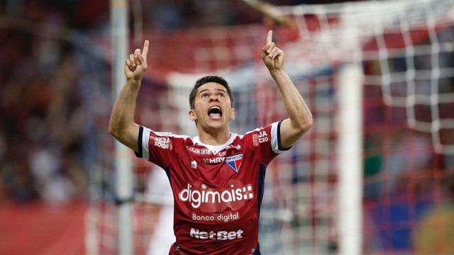 Osvaldo comemora o segundo gol do Fortaleza