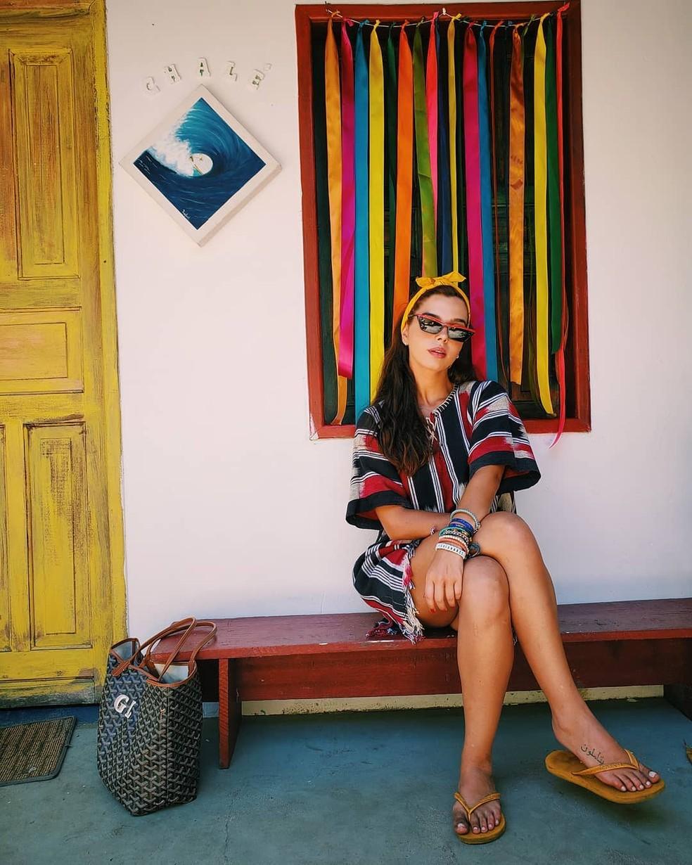 Giovanna Lancellotti é adepta de lenço no cabelo neste verão — Foto: Reprodução / Redes Sociais