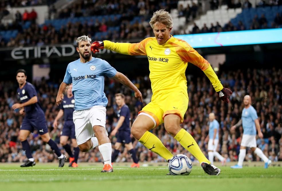 Van der Sar foi o goleiro do time das lendas da Premier League — Foto: Carl Recine/Reuters