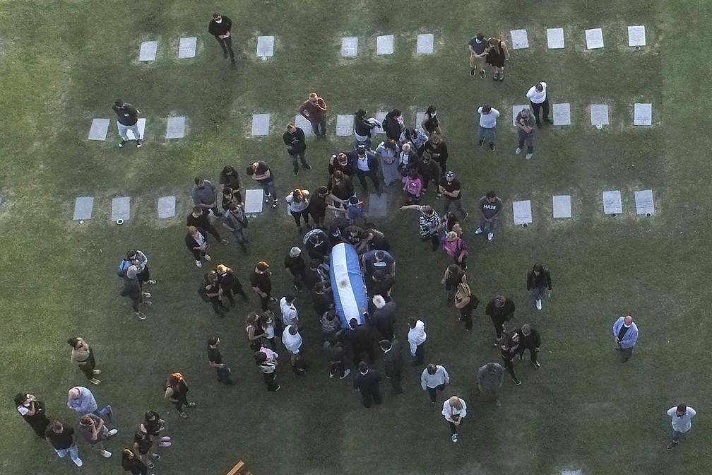 Familiares e amigos ao redor do caixão de Diego Maradona — Foto: AFP