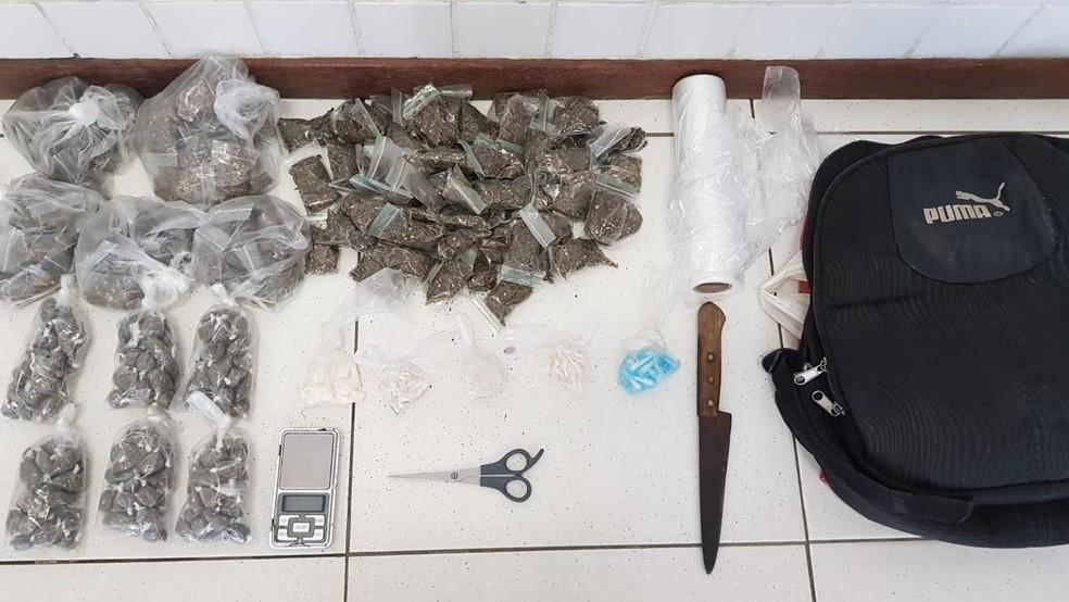 Armas, drogas, munições e R$ 5 mil em espécie, foram apreendidas com suspeitos de integrar grupo criminoso. — Foto: Divulgação/SSP-BA