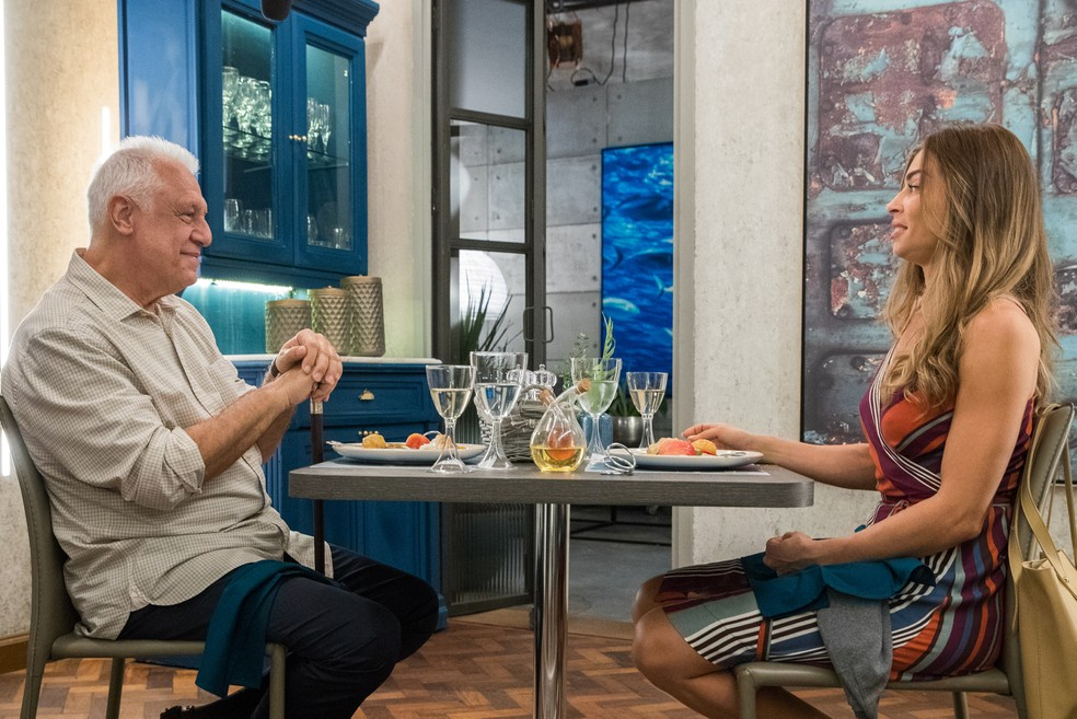 Alberto (Antonio Fagundes) sai para jantar com Paloma (Grazi Massafera) em 'Bom Sucesso' — Foto: Raquel Cunha/Globo