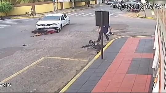 Motociclista é arremessada após ser atingida por carro de secretaria de Saúde em MT; veja vídeo