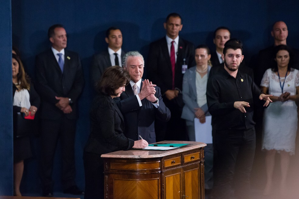 Raquel Dodge assina termo de posse ao lado do presidente Michel Temer (Foto: Foto: MPF)