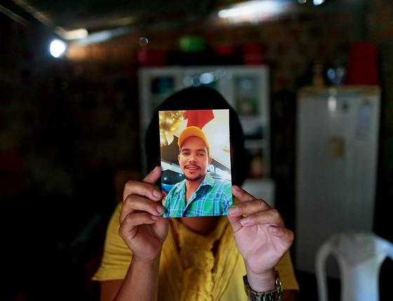 AUSÊNCIA A viúva de Regivaldo Pereira da Silva, o primeiro de uma família de sete a invadir a fazenda. Todos foram mortos (Foto: Adriano Machado/Época)