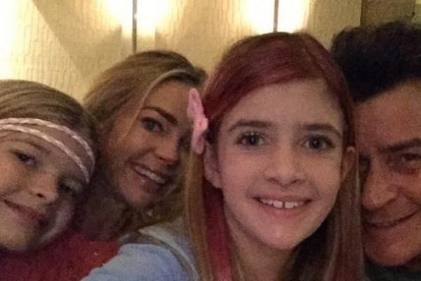 Charlie Sheen, Denise Richards e as filhas do ex-casal em foto antiga (Foto: Instagram)