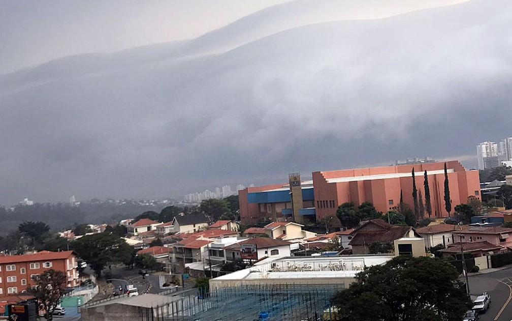 Nuvem Rolo chama atenção em Campinas — Foto: Eduardo Aranha/Arquivo pessoal