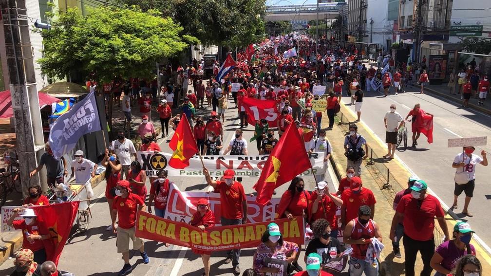 Manifestação contra Bolsonaro segue em caminhada pela Avenida Conde da Boa Vista, no centro do Recife, neste sábado (24) — Foto: Marlon Costa/Pernambuco Press