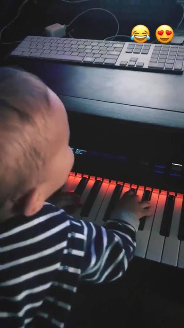 Otto, filho de Junior Lima, tocando piano (Foto: Reprodução/ Instagram)