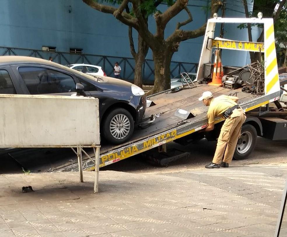 Carro utilizado em fuga de suspeito de matar a ex-mulher foi encontrado em Maringá (Foto: Arquivo Pessoal)