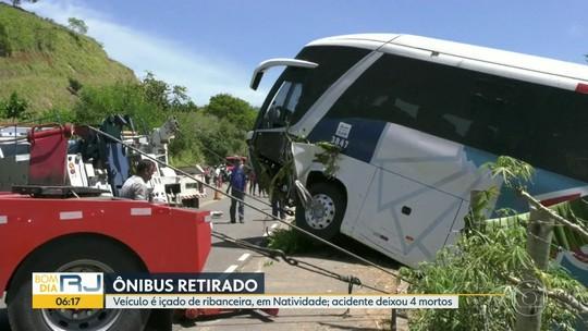 Ônibus que caiu em uma ribanceira foi retirado
