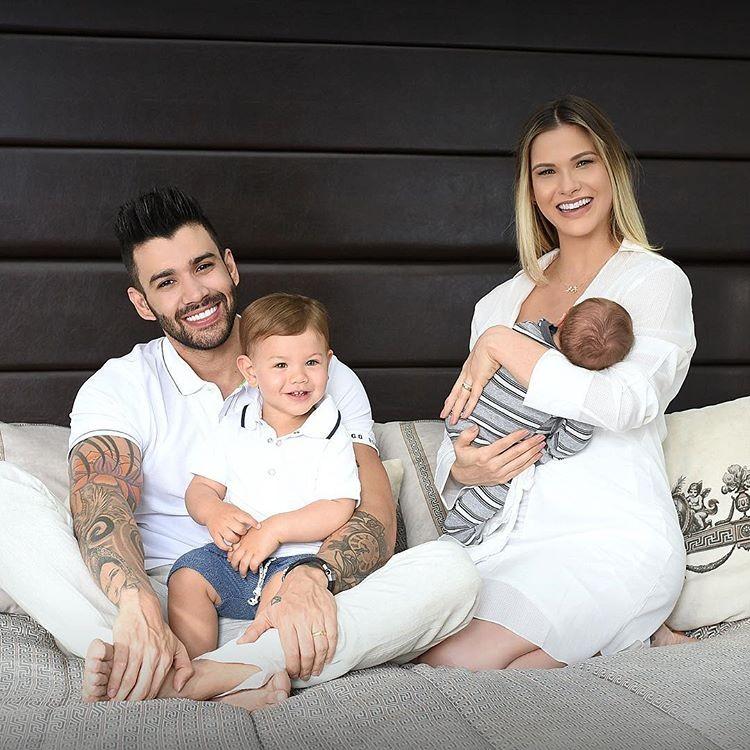 Gusttavo Lima com Gabriel no colo e Andressa Suita com o caçula, Samuel (Foto: Reprodução/Instagram)