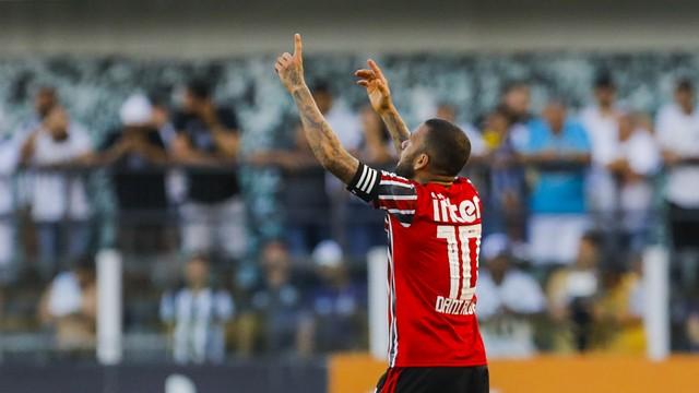 Daniel Alves empata o jogo para o São Paulo contra o Santos