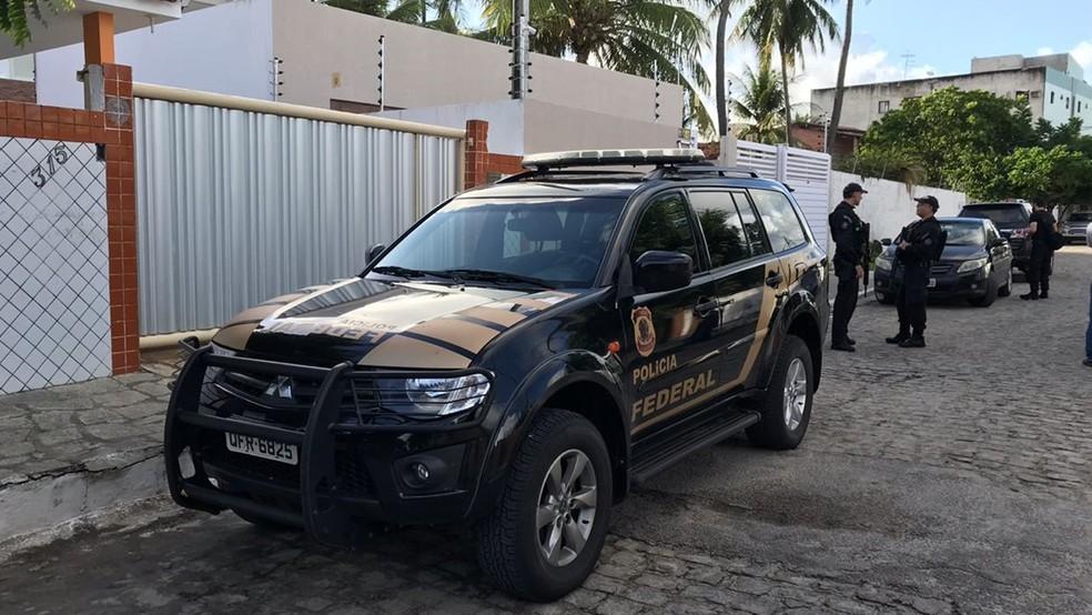 Cerca de 200 policiais estão cumprindo mandados de prisão em Cabedelo nesta terça-feira (3) (Foto: Walter Paparazzo/G1)