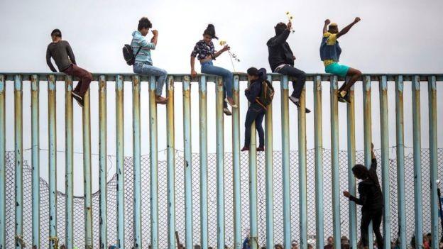 Muro na fronteira entre EUA e México; em meio a crise migratória, milionários obtêm passaportes valiosos apenas por terem dinheiro (Foto: GETTY IMAGES)