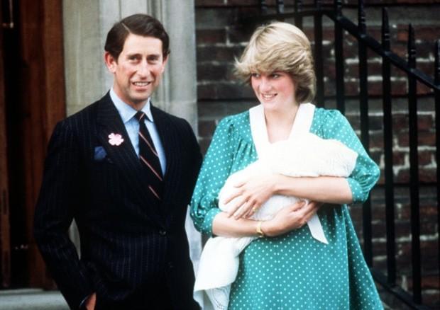 Diana e Charles ao deixar a maternidade após o nascimento de William, em 1982 (Foto: Reprodução)