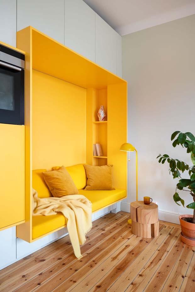 Décor do dia: sala de descanso amarela com sofá embutido