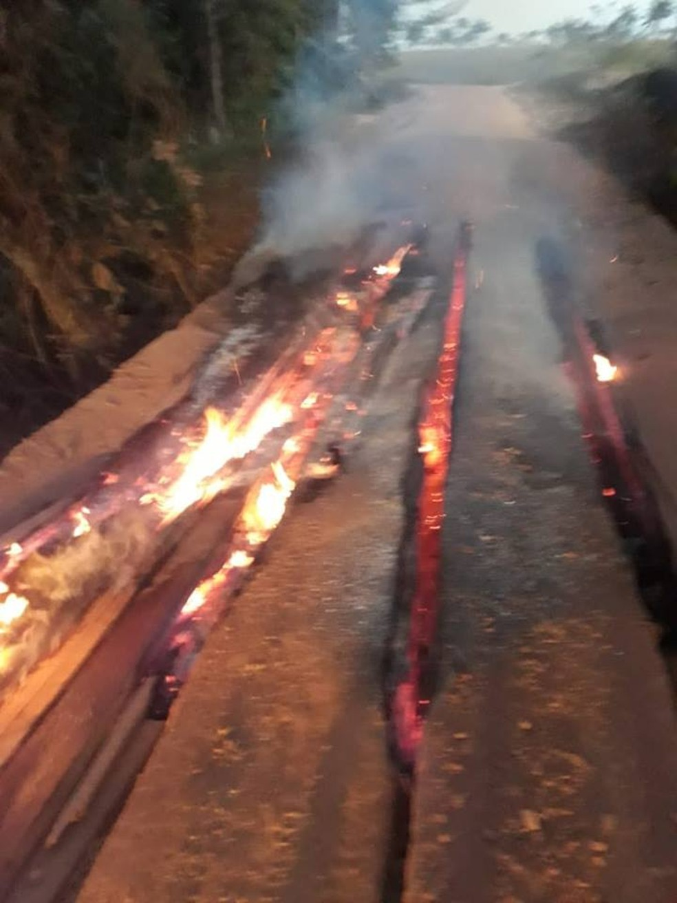 Ponte ficou com a estrutura comprometida e o tráfego foi interrompido (Foto: Câmara de Juara/Divulgação)