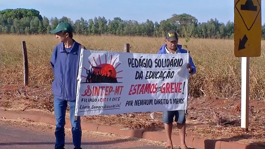 Servidores da educação fizeram pedágio solidário em Tangará da Serra — Foto: TV Centro América