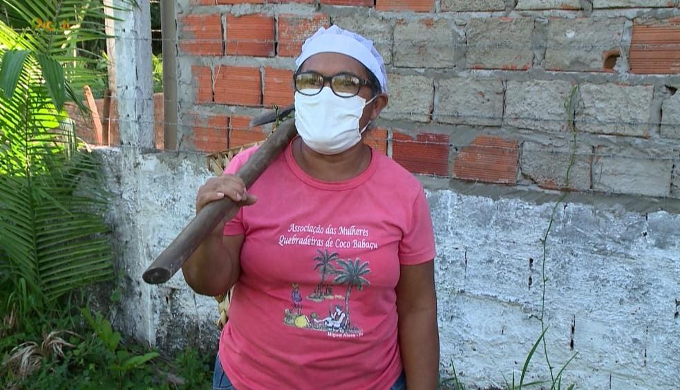 Alice Pereira, presidente da Associação de Quebradeiras de Coco, conta que o trabalho ressignificou a vida das mulheres. — Foto: TV Clube