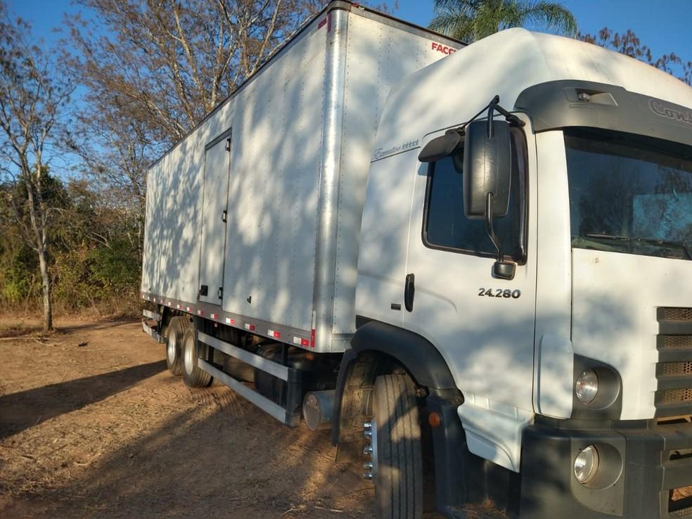 Caminhões foram encontrados na zona rural de Brasília de Minas — Foto: Polícia Militar/Divulgação