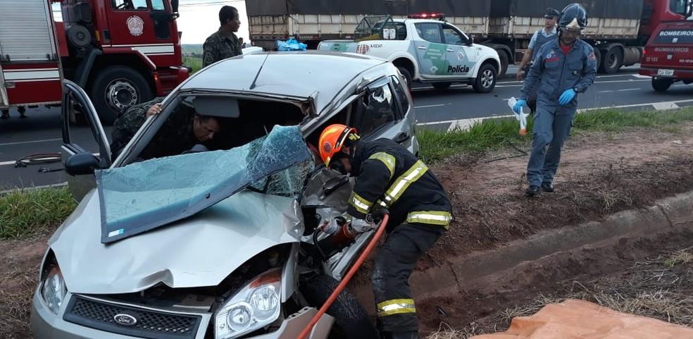 Carro cruzou a pista e atingiu uma carreta em Tupã  — Foto: João Trentini / Divulgação