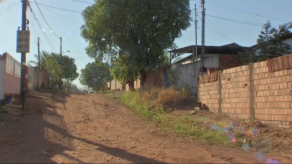 Ruas não tem asfalto e deixaram de receber ônibus do transporte coletivo (Foto: TVCA/Reprodução)
