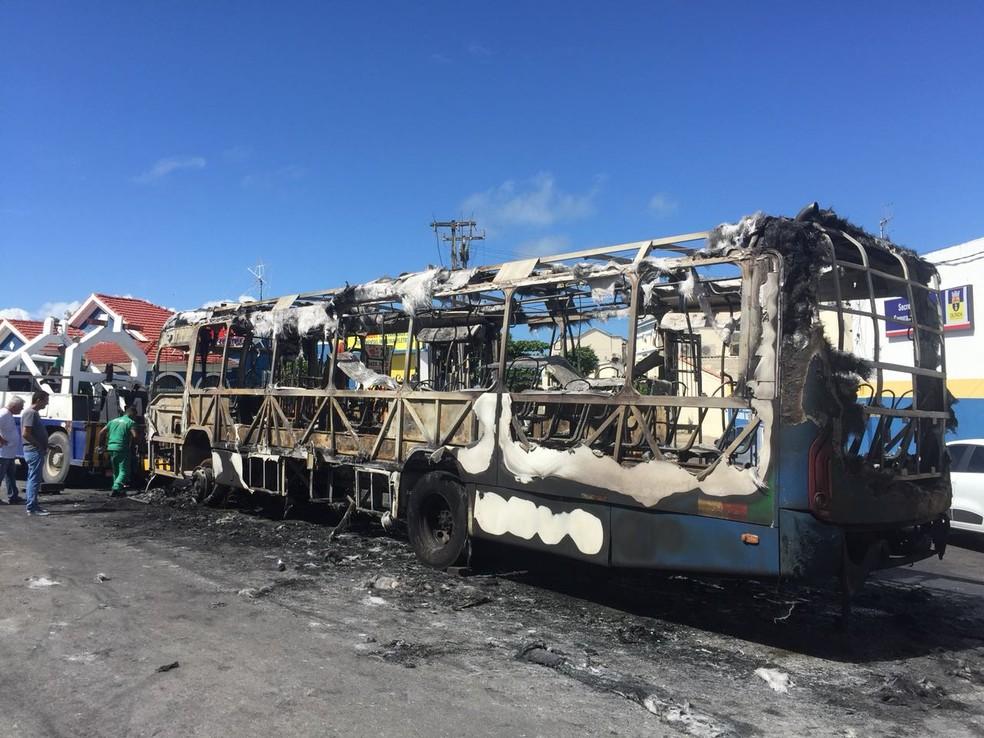 Coletivo da Empresa Cidade Alta ficou destruído depois de pegar fogo em Olinda, neste domingo (13) (Foto: Augusto Cesar/TV Globo)