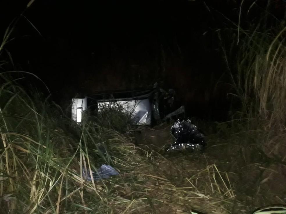 Carro ficou totalmente destruído após cair em córrego  (Foto:   Divulgação/Polícia Militar)