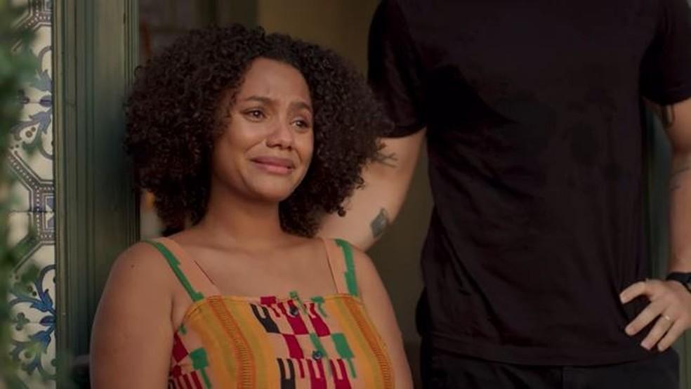 Camila (Jéssica Ellen) se emociona com surpresa de Lurdes (Regina Casé) — Foto: Globo