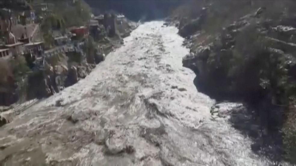 Imagem de vídeo mostra enchente no estado de Uttarakhand, na Índia, em 7 de fevereiro de 2020 — Foto: Reprodução/Via Reuters