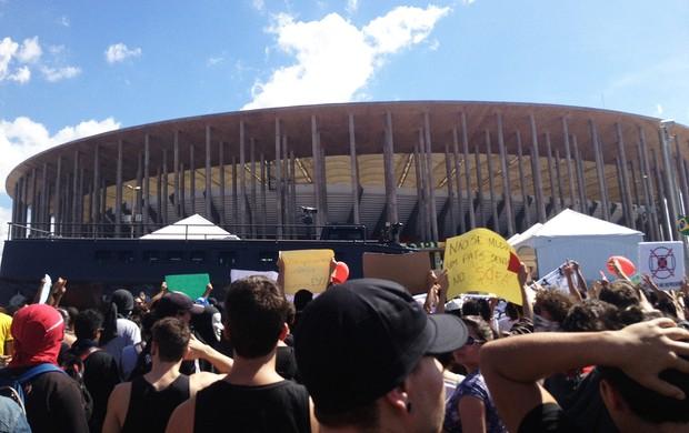 Protesto Brasilia Mané Garrincha (Foto: Gustavo Poli)