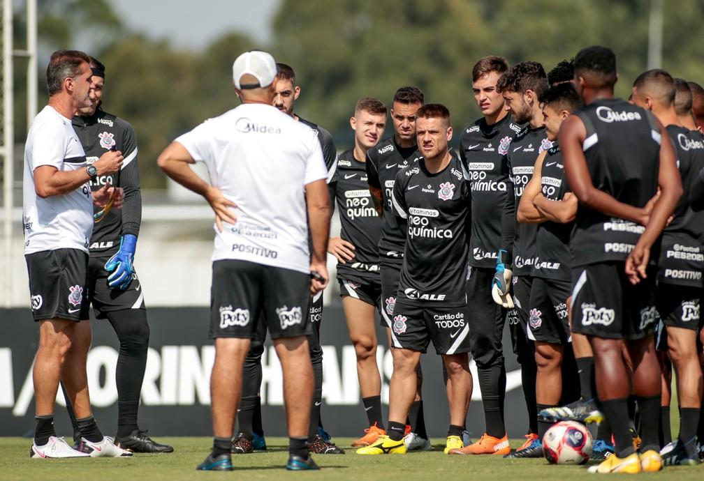 Vagner Mancini conversa com jogadores antes de treino do Corinthians — Foto: Rodrigo Coca / Ag.Corinthians