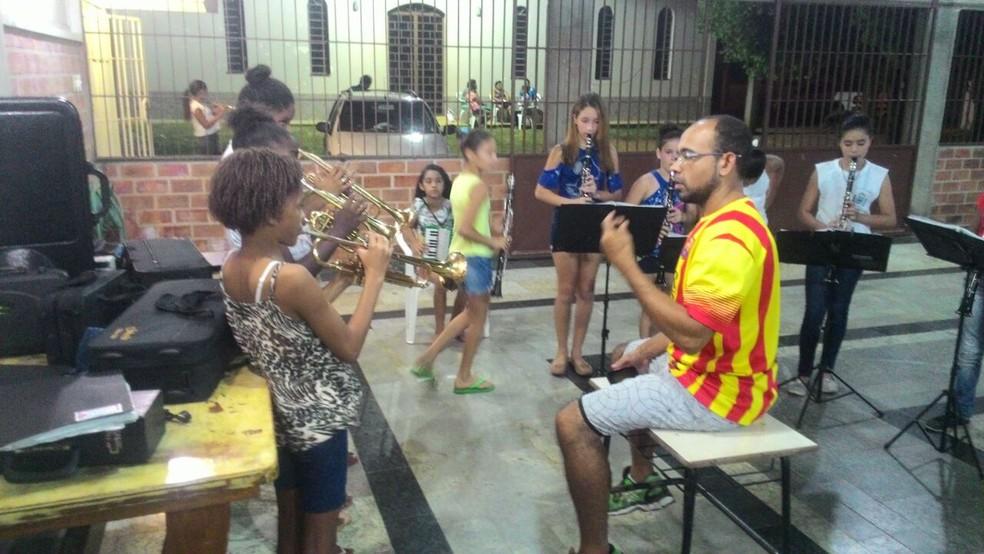 Ensaio da banda com o maestro Lucas Alonso (Foto: Divulgação/Banda Jesus de Nazaré)