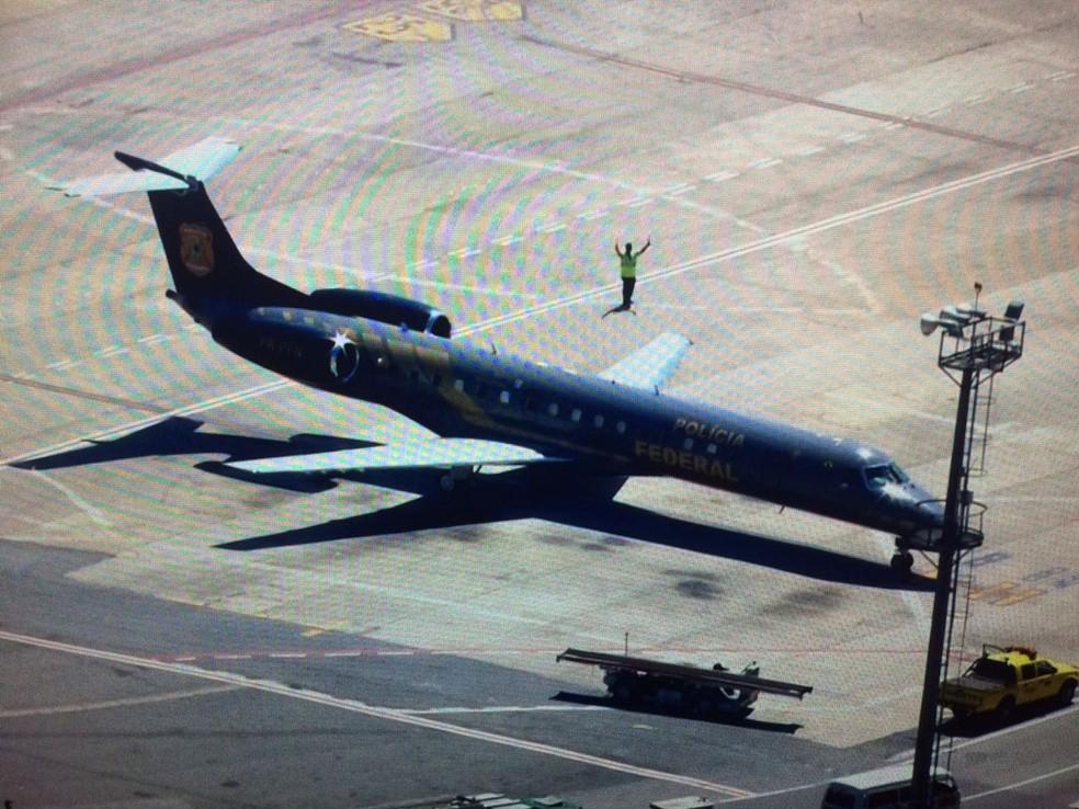 Avião da Polícia Federal já está posicionado em Congonhas à espera dos executivos da J&F (Foto: Reprodução/TVGlobo)