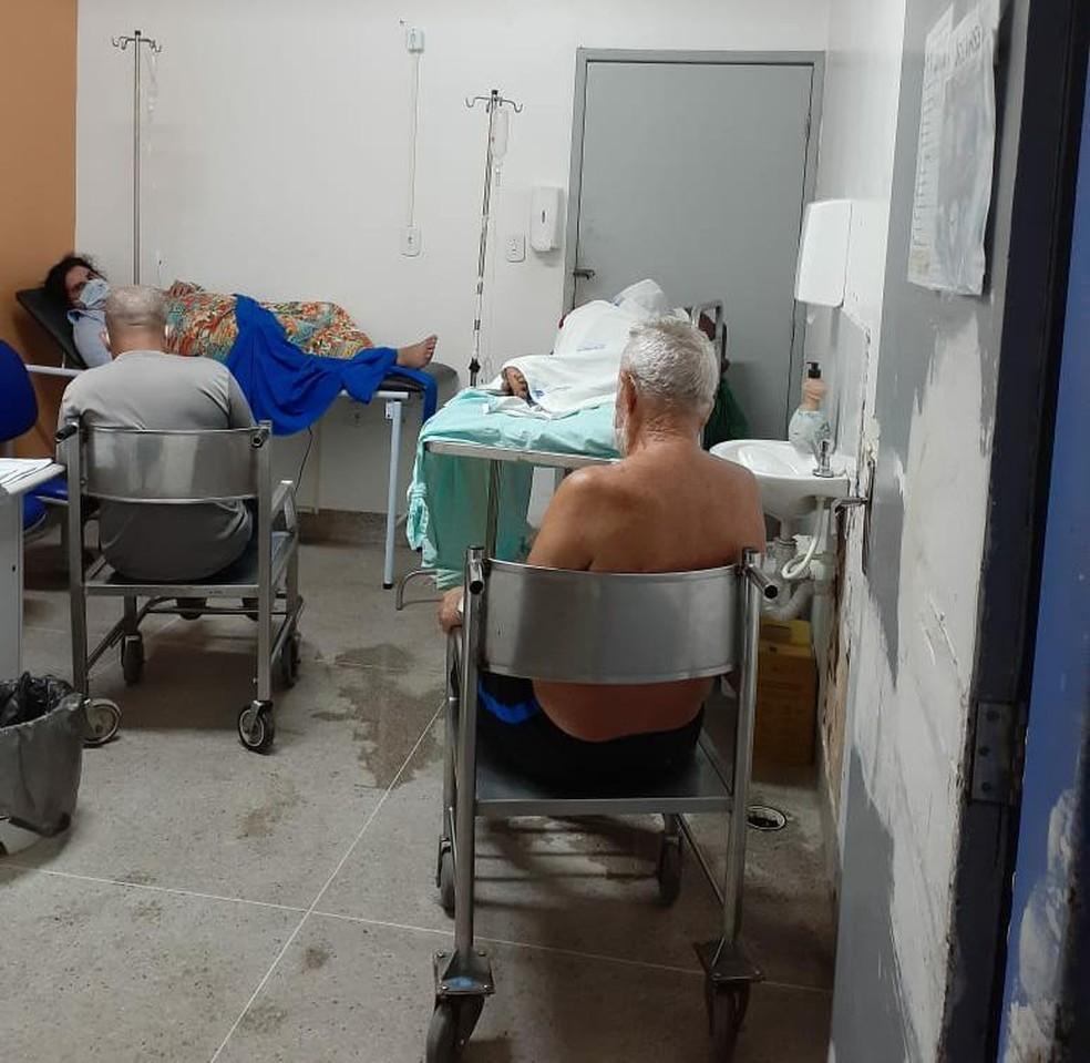 Pacientes com Covid-19 e acompanhantes ficam em uma sala improvisada no Hospital Geral do Estado (HGE), em Maceió, Alagoas — Foto: Arquivo pessoal