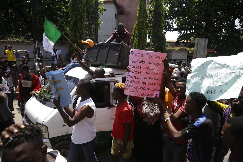 Manifestantes participam de protesto em Lagos, na Nigéria, nesta terça-feira (20) — Foto: Sunday Alamba/AP Photo