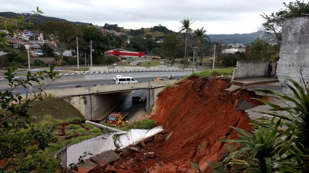 Trecho da Raposo Tavares ficou interditado após desmoronamento, em São Roque  (Foto: Jornal O Democrata/Divulgação)