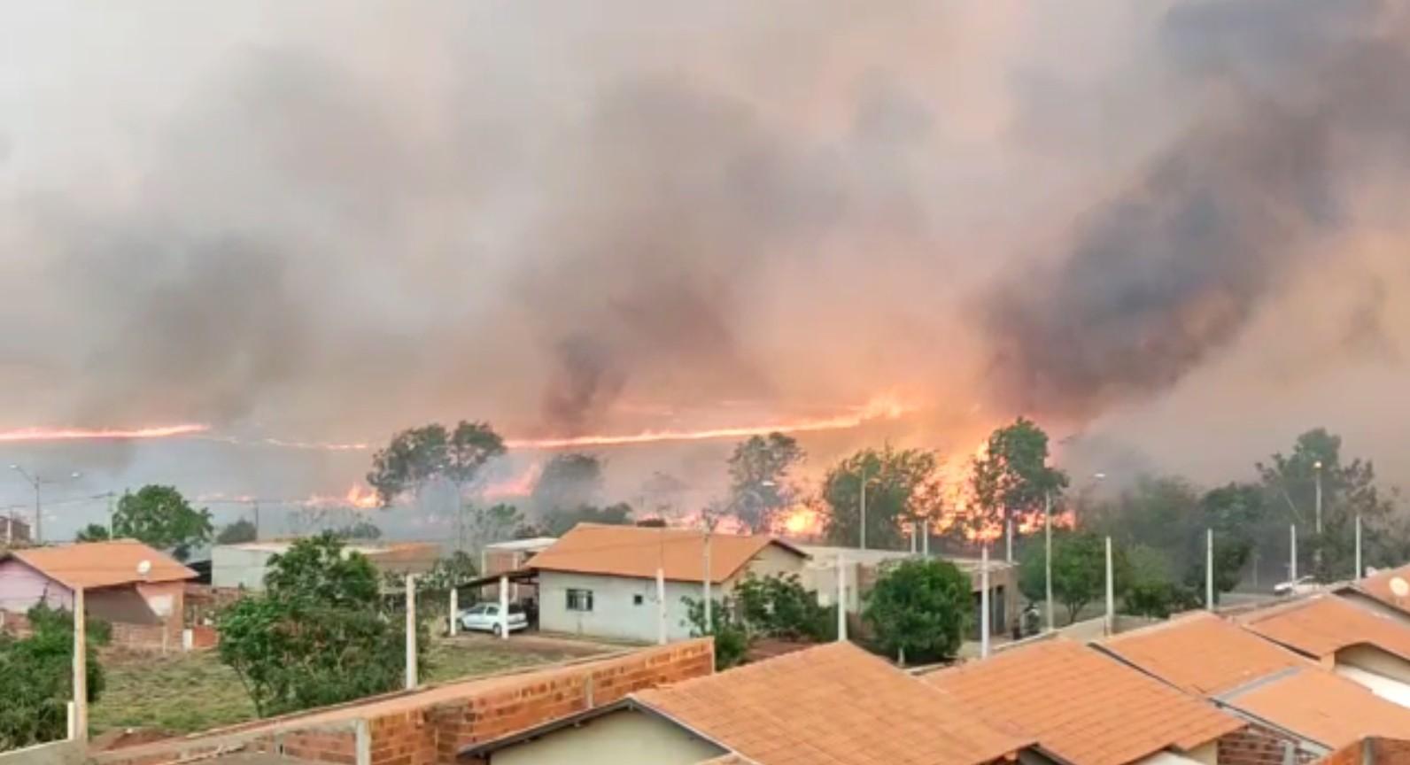 Queimada de grandes proporções gera transtornos para moradores de Santo Antônio do Aracanguá