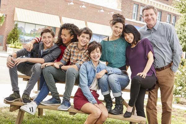 O ator Stoney Westmoreland com os jovens protagonistas da série Andi Mack, exibida pelo Disney Channel (Foto: Reprodução)